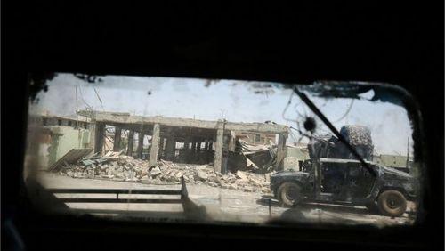 حرکت یک خودروی نظامی ارتش به سمت محل درگیری