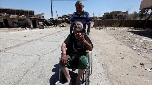 خروج دو غیرنظامی از مناطقی که بر اثر درگیری تخریب شده