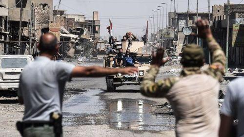 غیرنظامیان سوار بر سقف خودروی زرهی ارتش
