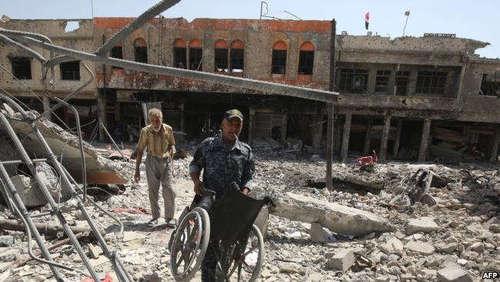 تلاش سربازان عراقی برای کمک به مجروحان