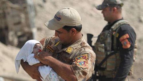 بغل کردن یک نوزاد توسط نظامی عراقی
