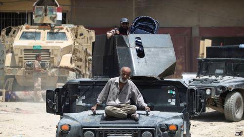نشستن پیرمرد خسته از جنگ روی خودروی زرهی ارتش