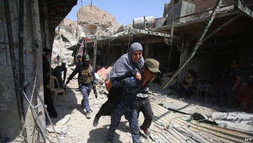 خارج کردن زنی که در محل درگیری گرفتار شده بود و توان فرار نداشت توسط یک سرباز عراقی