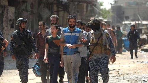 گفتگوی جوانان موصلی با سربازان عراقی در منطقه آزاد شده