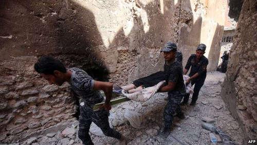 حمل زن کهنسالی که قادر به حرکت نیست توسط سربازان
