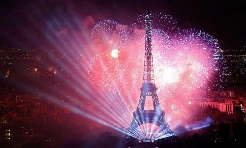 آتش بازی در پاریس به مناسبت جشن سالگرد انقلاب فرانسه