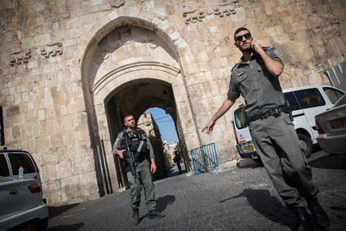 تشدید تدابیر امنیتی در قدس اشغالی همزمان با حمله مسلحانه سه شهروند عرب - اسراییلی به نیروهای پلیس اسراییل در مسجد الاقصی