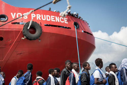 انتقال 935 پناهجوی آفریقایی تبار با کشتی نجات به بندر سالرنو ایتالیا