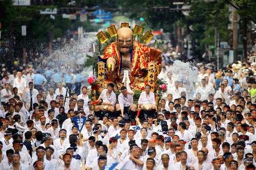یک جشنواره سنتی در شهر فوکوکا ژاپن