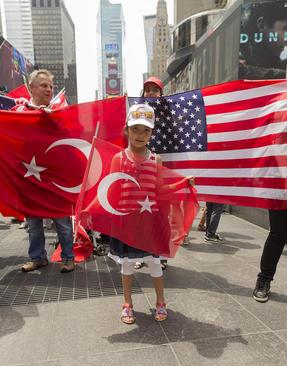 تجمع حامیان رییس جمهور ترکیه در میدان تایمز شهر نیویورک آمریکا در نخستین سالگرد کودتای نافرجام 15 ژوئیه در ترکیه