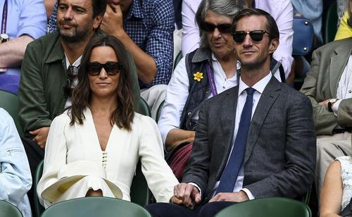 خواهرزن و باجناق پرنس ویلیام نوه ملکه بریتانیا که تازه با هم ازدواج کرده اند مشغول تماشای مسابقات بین المللی تنیس جام ویمبلدون در استادیوم ویمبلی لندن هستند