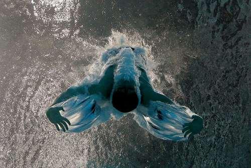 ورزشکار روس پس از پرش به استخر در مسابقات بین المللی ورزش های آبی در بوداپست مجارستان