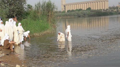 مراسم تعمید اقلیت صابئین مندایی در رودخانه کارون در اهواز به مناسبت سال نو مندایی /همشهری خوزستان