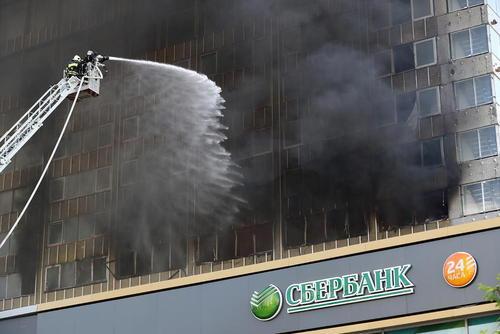 تلاش آتش نشانان برای مهار آتش سوزی یک ساختمان مسکونی در مسکو