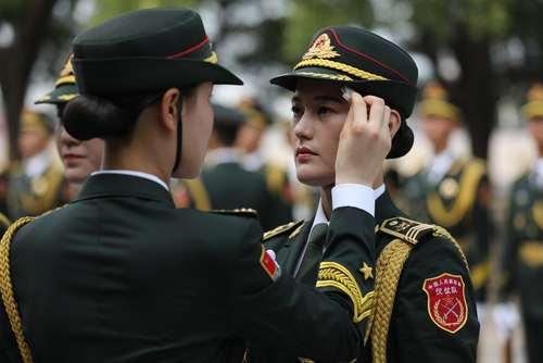 آماده شدن گارد احترام ارتش چین برای مراسم استقبال رسمی از محمود عباس رییس تشکیلات خودگردان فلسطین – پکن