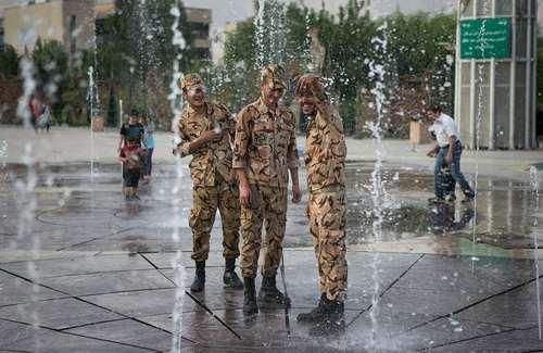 سلفی گرفتن سربازان ایرانی – تهران / خبرگزاری شینهوا