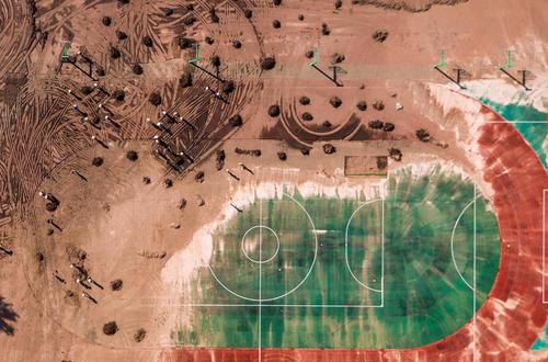 تمیز کردن زمین فوتبال مدرسه ای در شهر یونگی چین از بقایای سیل
