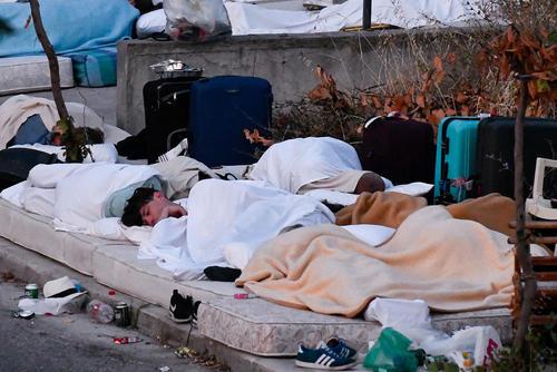خواب گردشگران در خیابان در جزیره