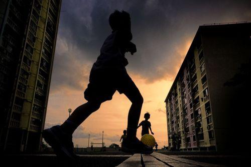 بازی کودکان در محوطه یک برج مسکونی در شهر هنگ کنگ