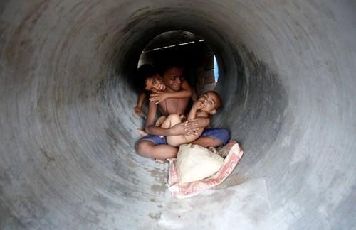 پناه بردن به لوله های فاضلاب در دست ساخت برای در امان بودن از گرمای طاقت فرسا شهر داکا بنگلادش