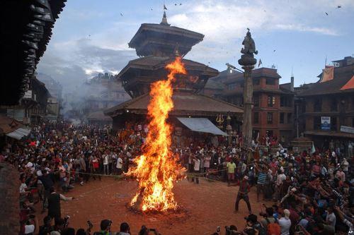 آتش زدن آدمک اهریمن در جریان جشنواره آیینی