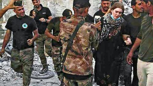 لیندا وینزل پس از دستگیری سوژه عکاسی برای سربازان عراقی