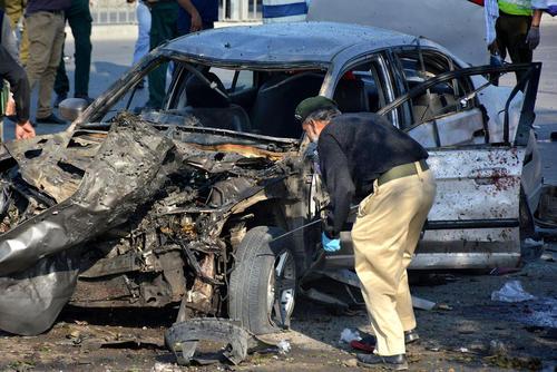بررسی صحنه یک انفجار تروریستی در شهر لاهور پاکستان