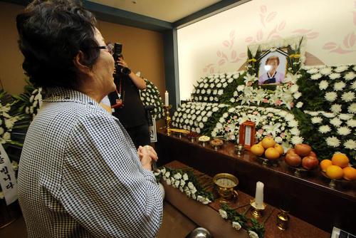 درگذشت یک زن کره ای 91 ساله قربانی بردگی جنسی برای سربازان ژاپن در جنگ دوم جهانی و ادای احترام یکی دیگر از قربانیان 90 ساله این تراژدی تاریخی به او- جنوب شهر سئول
