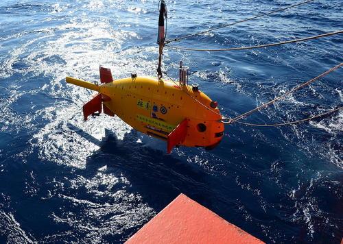 انداختن یک زیردریایی ساخت چین به آب در دریای چین جنوبی