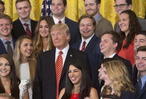 عکس یادگاری ترامپ با گروهی از کارآموزان پزشکی در کاخ سفید