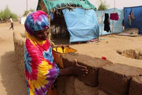 ساخت دیوار گِلی در یک اردوگاه آوارگان جنگی در یمن
