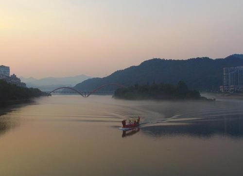 قایقرانی در رودخانه شینیان در شهر جیانده چین