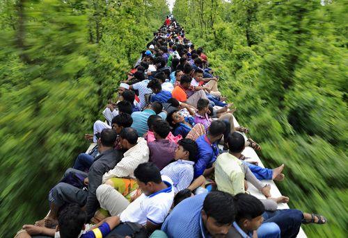 صدها مسافر روی سقف یک قطار مسافربری در بنگلادش
