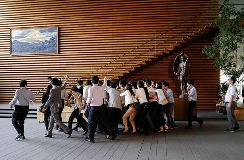 وزیر دفاع ژاپن در محاصره خبرنگاران برای سوال و جواب پس از پرتاب موشک کره شمالی به سمت دریای ژاپن – مقر نخست وزیری ژاپن در توکیو