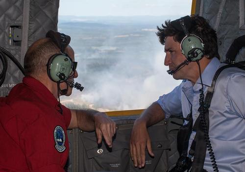 نخست وزیر کانادا سوار بر هلی کوپتر و در حال بازدید از آتش سوزی جنگلی گسترده در منطقه