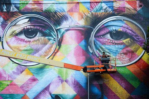 یک هنرمند گرافیتی بریتانیایی در حال کشیدن یک نقاشی دیواری بزرگ از