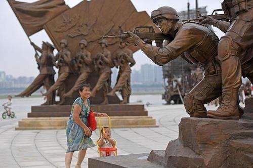 مجسمه های نصب شده به مناسبت نودمین سالگرد تشکیل