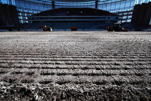 کاشت چمن در استادیوم در حال ساخت در شهر