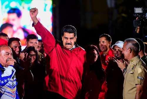 اعلام پیروزی نیکولاس مادورو رییس جمهور ونزوئلا در انتخابات تعیین اعضای شورای بازنگری قانون اساسی ونزوئلا. احزاب مخالف این انتخابات را تحریم کرده بودند