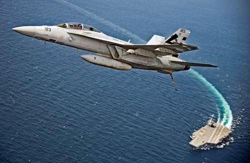 برخاستن جنگنده اف 18 آمریکایی از عرشه ناو هواپیمابر