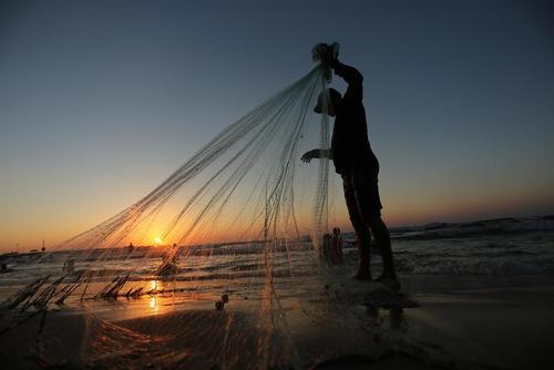 ماهیگیری در ساحل باریکه غزه