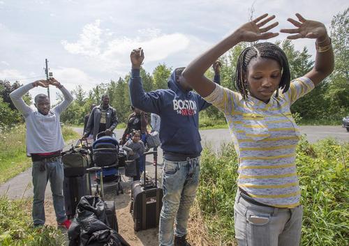 ورود بدون مدارک و غیر قانونی پناهجویان به خاک کانادا و تسلیم شدن به نیروهای گارد مرزی کانادا در گذرگاه مرزی ایالت نیویورک آمریکا