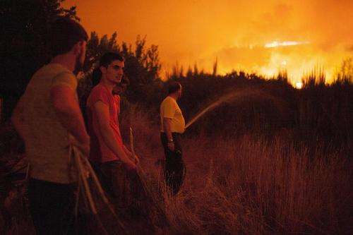 تلاش ساکنان محلی برای جلوگیری از گسترش آتش سوزی جنگل های منطقه ورین در گالیسیا اسپانیا