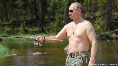 پوتین در حال ماهیگیری از دریاچه ای در جنوب سیبری . شاید رهبر 64 ساله روسیه با شنا و قایق سواری تلاش دارد قدرت و آمادگی بدنی خود را به رخ همتایان بکشد.