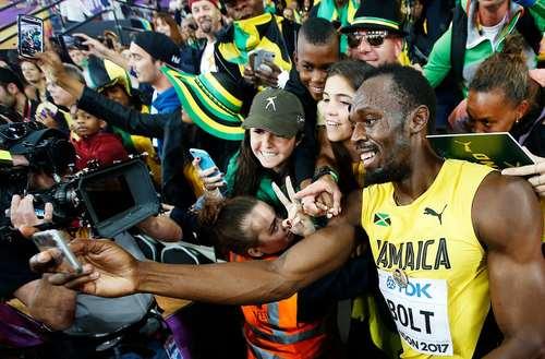 سلفی گرفتن یوسین بولت قهرمان افسانهای دوومیدانی جهان در حاشیه مسابقات جهانی دوومیدانی در لندن