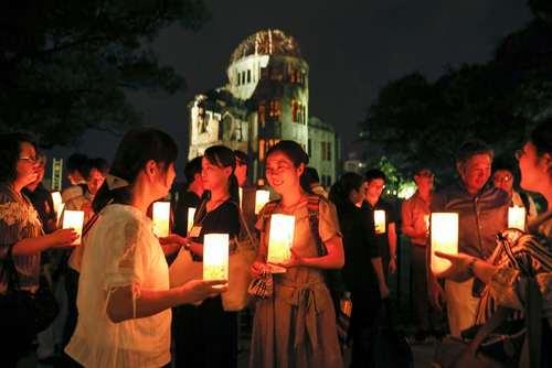 جمع شدن مردم در پارک یادبود صلح در شهر هیروشیما ژاپن در هفتادو دومین سالگرد حمله اتمی آمریکا به این شهر