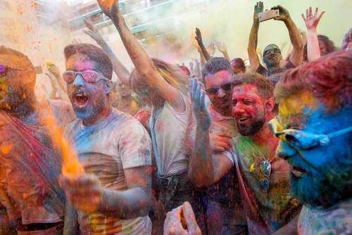 پاشیدن پودر رنگی در جریان جشنوارهای خیابانی در شهر مادرید اسپانیا