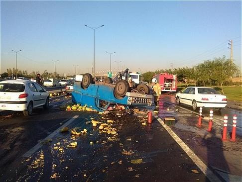 واژگونی بار هندوانه وسط بزرگراه آزادگان تهران! (عکس)