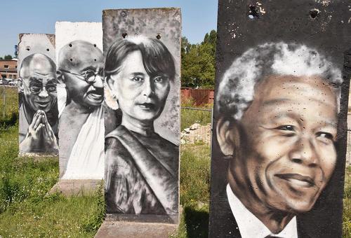 تصاویر رهبران محبوب جهان روی تکه های بر جای مانده از دیوار برلین در کانال