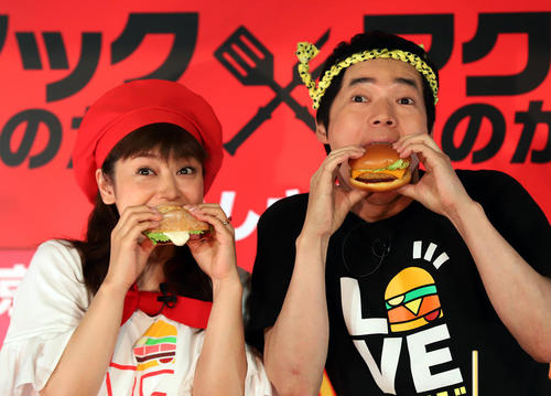 دو هنرپیشه مشهور ژاپنی در حال خوردن یک همبرگر جدید از شرکت مک دونالد در توکیو